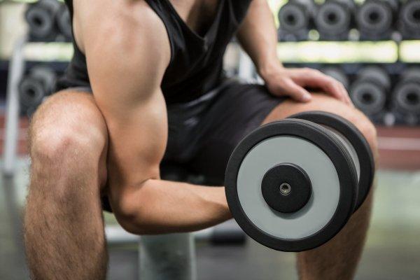 tränar på gym