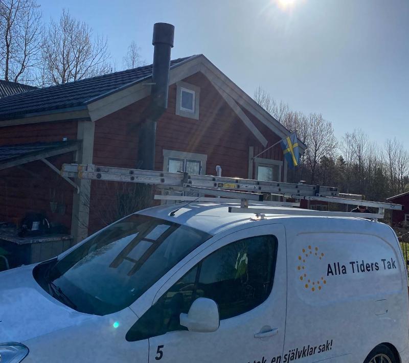 Vi hjälper kunder behandla och tvätta tak i hela Sverige.