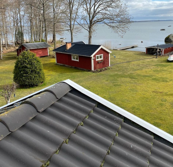 Här har vi rensat mosa på taket hos kund i Örebro