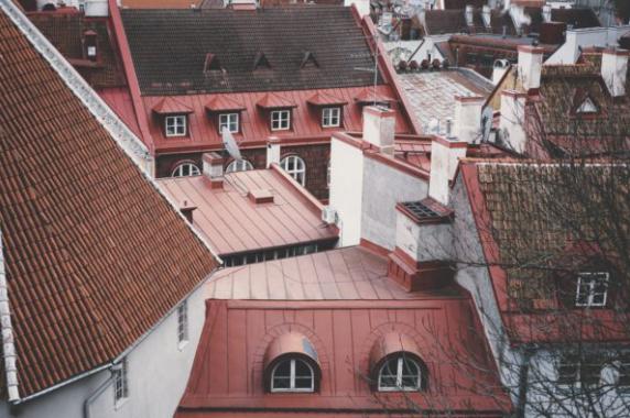 Vi har mångårig erfarenhet av att besiktiga, vårda och tvätta tak.
