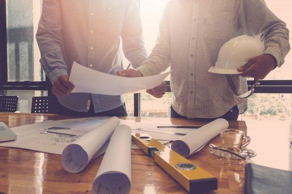 Två personer planerar en bygglovsansökan