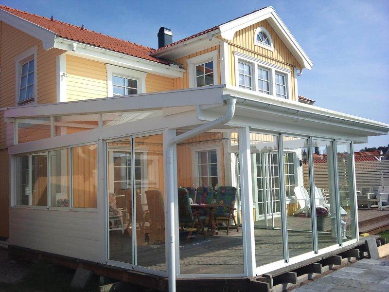 Uterum i Uppsala framför gult trähus.