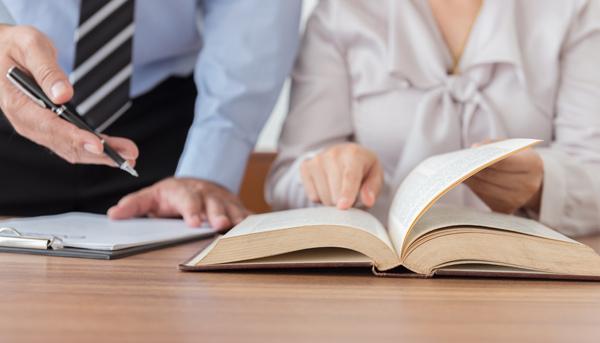 advokater läser lagen