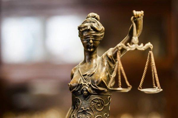Rättvisans gudinna med vågskålar