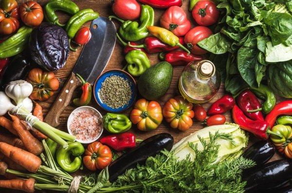 Olika grönsaker som ligger på ett bord