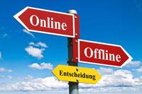 Strassenschilder mit dem Text Online Offline Entscheidung