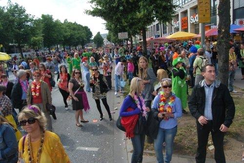 Menschen feiern während des Schlagermove 2009 auf der Reeperbahn in Hamburg.