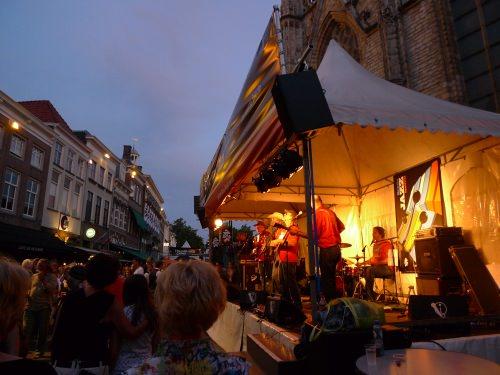 Ein Jazzfestival in einer deutschen Innenstadt.